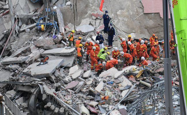 Число жертв обрушения гостиницы вКитае выросло до29