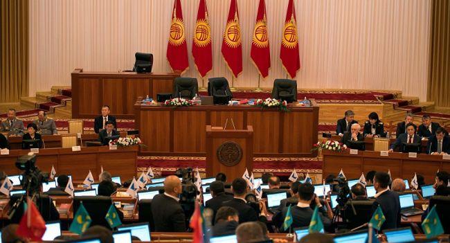 Парламент Киргизии переписал закон онеприкосновенности президентов