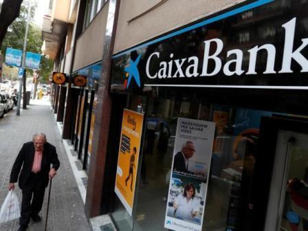 Третий по величине банк Испании покидает Каталонию