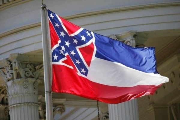 В американском штате Миссисипи готовы поменять флаг из-за «расистской» символики Конфедерации.