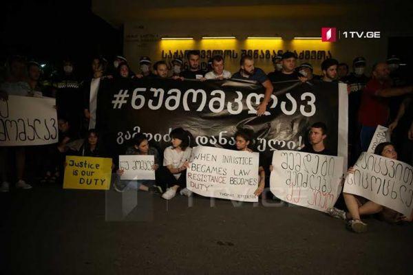 Молодежные оппозиционные НПО устроили провокацию перед МВД Грузии