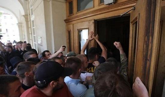 Во Львове штурмовали здание горсовета и избили руководство города